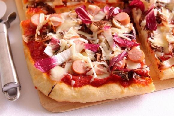 Pizza con radicchio, wurstel e scaglie di Parmigiano reggiano