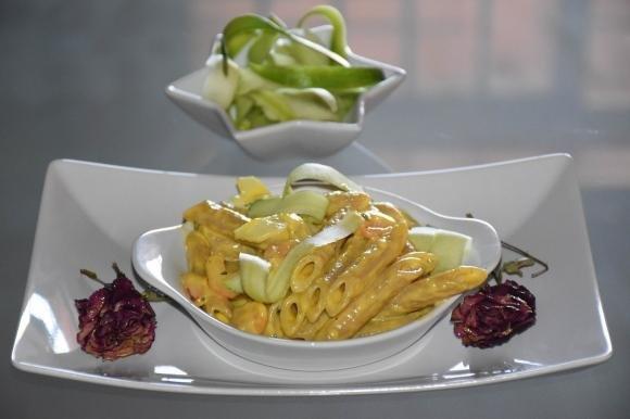 Penne in salsa di uova con zucchine e gamberetti