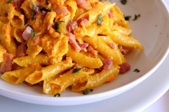 Garganelli con pesto di carote, mandorle e pancetta affumicata