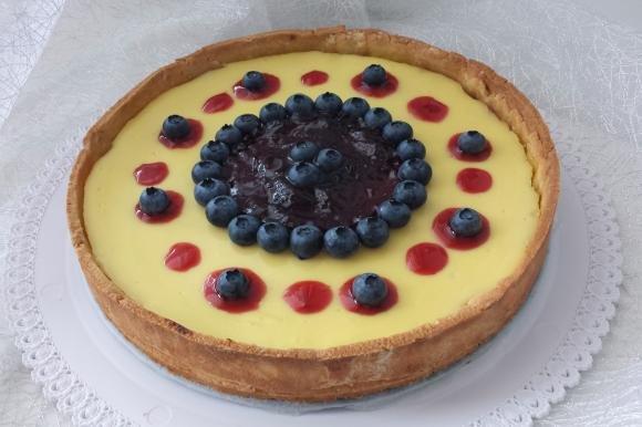Crostata con crema di ricotta, mirtilli e topping ai frutti di bosco