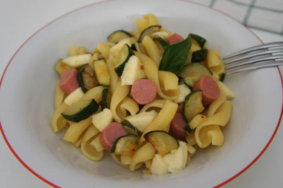 Pasta fredda con zucchine, mozzarella e wurstel