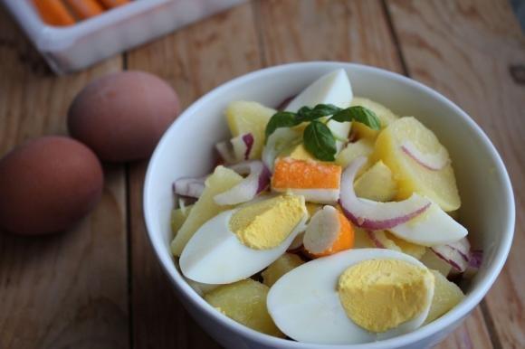 Insalata di patate, surimi e uova