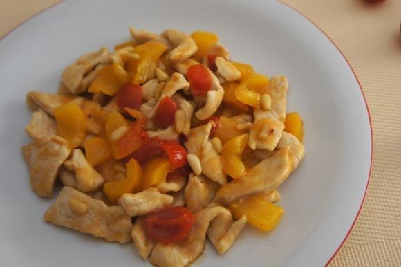 Bocconcini di pollo con peperoni e pinoli