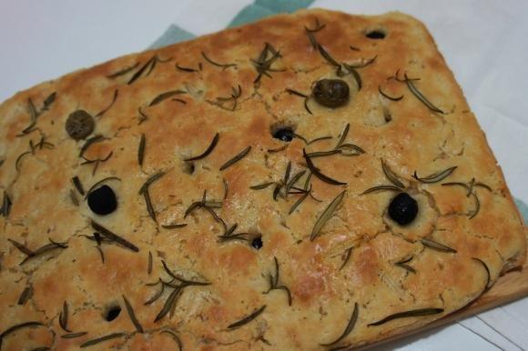 Focaccia con olive e rosmarino