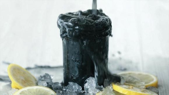 Come preparare la limonata nera al carbone attivo