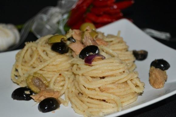 Spaghetti integrali con alici, olive e tonno