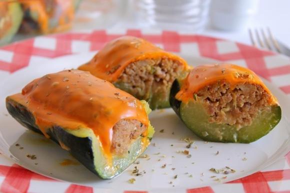 Barchette di zucchine ripiene di carne e formaggio Cheddar