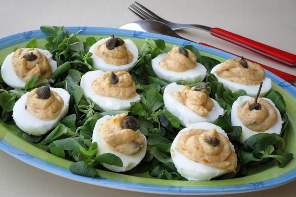 Uova ripiene con acciughe, maionese, tonno e capperi