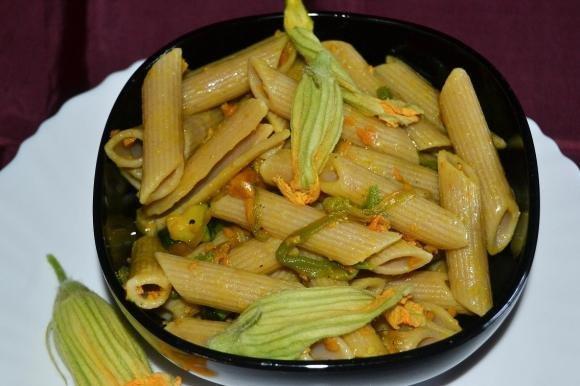 Penne con zucchine, mortadella e fiori di zucca