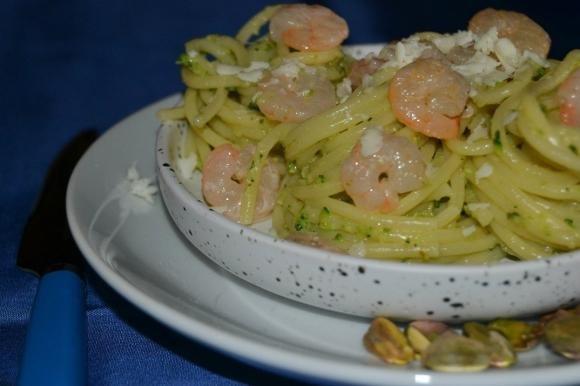 Spaghetti con pesto di zucchine crude e gamberetti