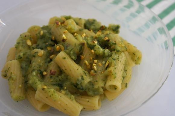Pasta con crema di zucchine e pistacchi