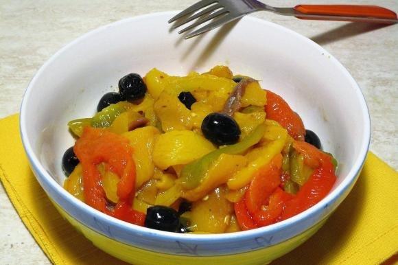 Filetti di peperoni con olive e acciughe