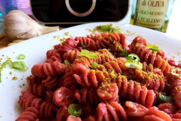 Pasta al pesto di barbabietola e granella di pistacchi