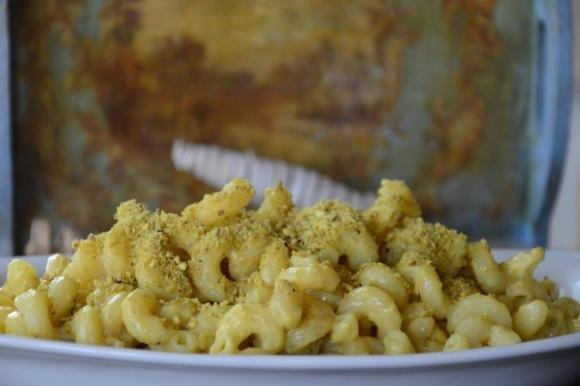 Pasta con salsa allo zafferano e granella di pistacchio