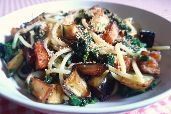 Spaghetti con melanzane fritte, spinaci e pangrattato all'aglio