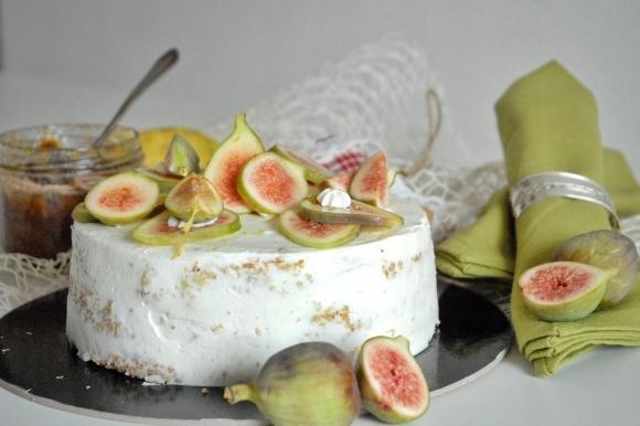 Torta di mandorle con mousse bianca e fichi