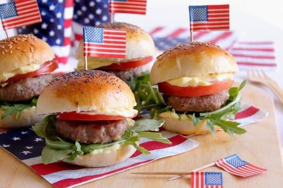 Mini hamburger con pomodoro, rucola e maionese