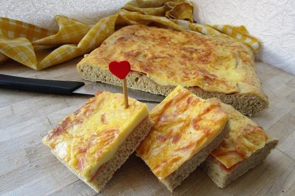 Focaccia con mortadella e formaggio
