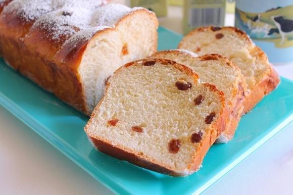 Treccia di pan brioche con uvetta e zucchero di canna
