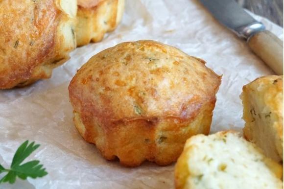 Muffin salati zucchine, prosciutto e formaggio