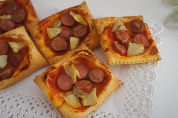 Pizzette di sfoglia con wurstel e carciofi