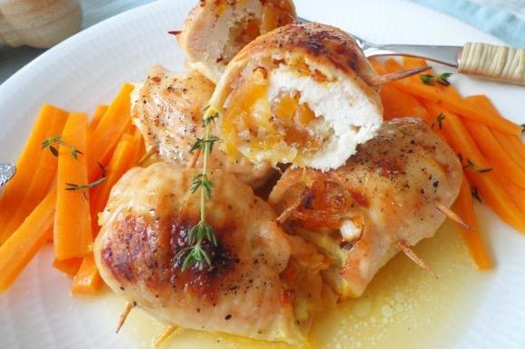 Involtini di pollo con carote, mele e albicocche secche