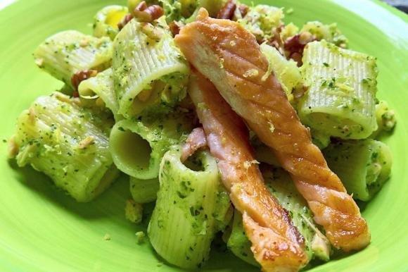 Mezzi rigatoni con crema di zucchine al limone, salmone e noci