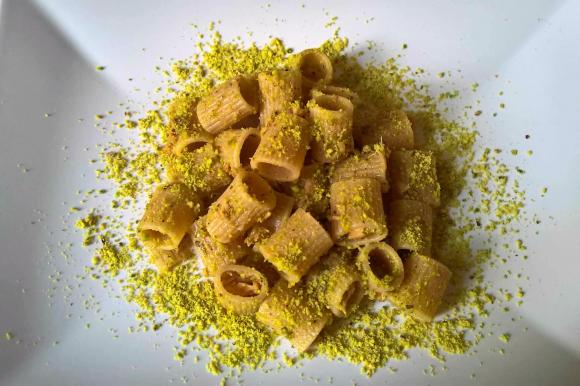Pasta integrale con tonno aromatizzato all'arancia e pistacchi tritati