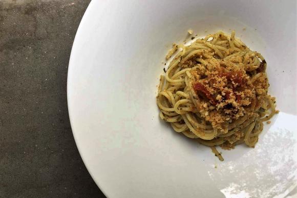 Spaghetti con pesto alla siciliana, bottarga e pangrattato