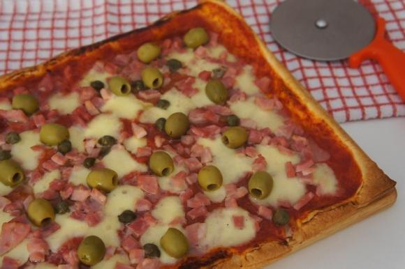 Pizza di sfoglia con prosciutto cotto, olive e capperi