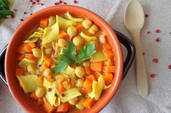 Minestra di pasta con carote, ceci e curcuma