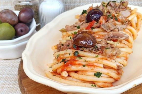 Bucatini con tonno e olive