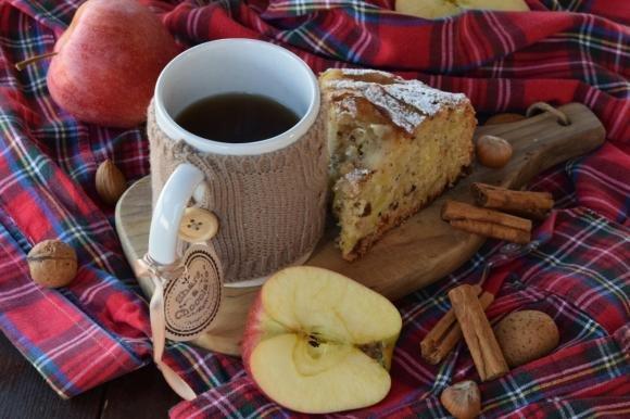 Torta di mele con uvetta e frutta secca