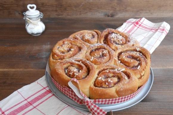 Torta di rose con pan brioche allo yogurt e confettura di fragole
