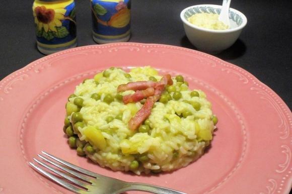 Risotto con patate, piselli e pancetta croccante