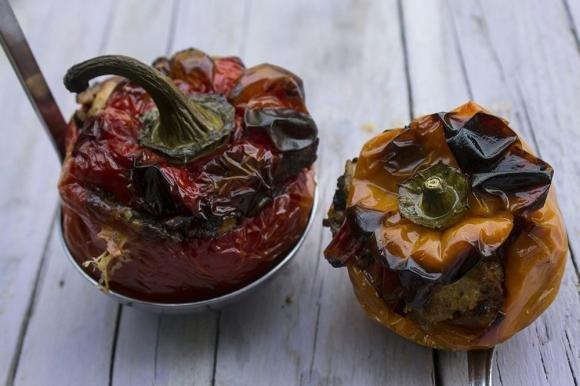 Peperoni mbuttunati alla siciliana con olive e capperi