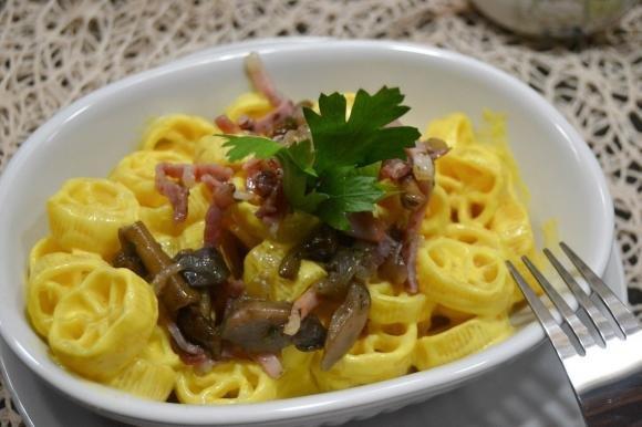 Pasta con funghi, speck e zafferano