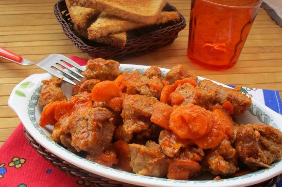 Spezzatino di vitello con carote e salsiccia