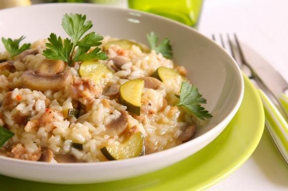Risotto con funghi, salsiccia e zucchine