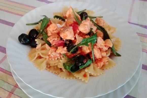 Farfalle salmone, rucola e olive nere