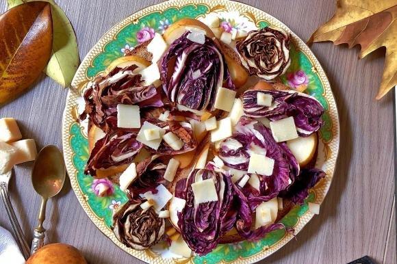 Crostoni di pane con radicchio, pere e grana