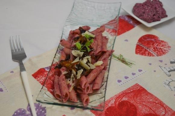 Penne con pesto di barbabietole e peperoni in agrodolce