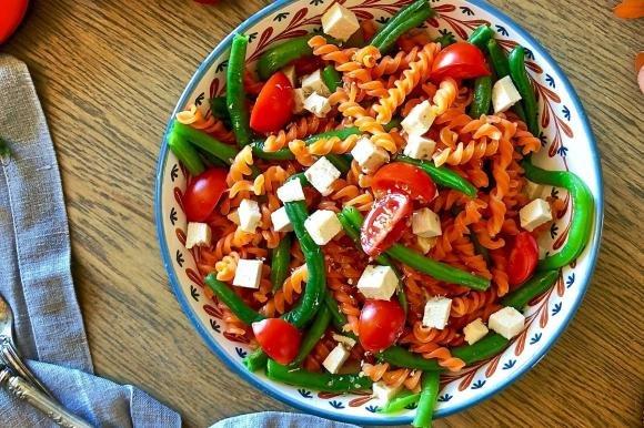 Fusilli di lenticchie con fagiolini, pomodori e tofu