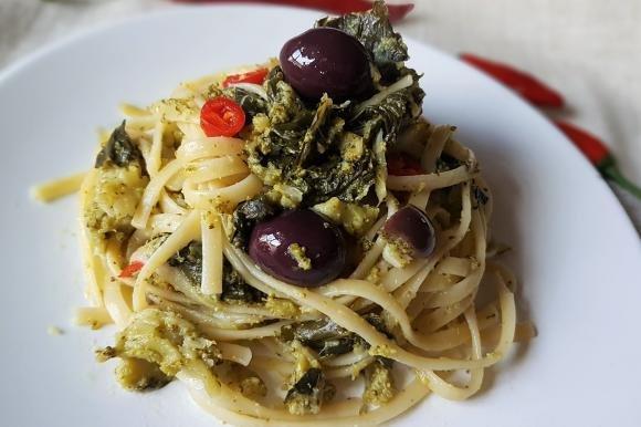 Linguine con broccoli, olive nere e peperoncino calabrese