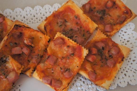 Pizzette di sfoglia con mortadella e origano