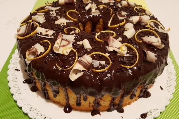 Chiffon cake all'arancia con decorazione ai tre cioccolati