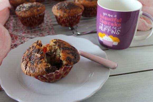 Muffin senza burro con pezzi di cioccolato e cuore di nocciolata