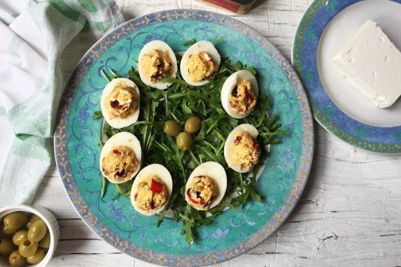 Uova alla greca con feta, alici, peperoni e olive