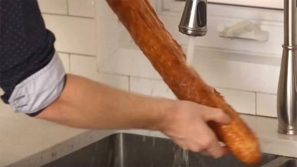 Quest'uomo bagna la baguette prima di metterla in forno. Un trucco di cucina che adorerete!