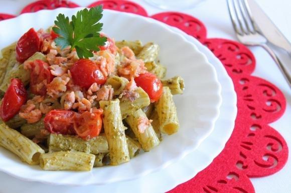 Rigatoni con pesto, salmone affumicato e pomodorini